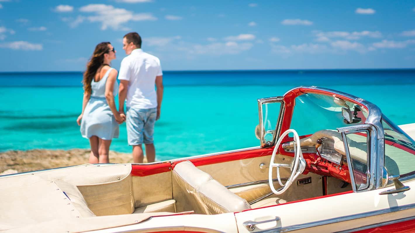 Γαμήλιο ταξίδι στην Κούβα | Ζευγάρι στην παραλία με παλιό αυτοκίνητο