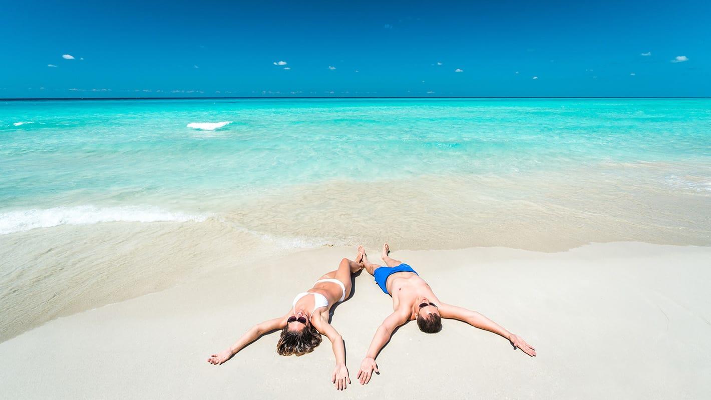 Γαμήλιο ταξίδι στην Κούβα | Ζευγάρι στην παραλία