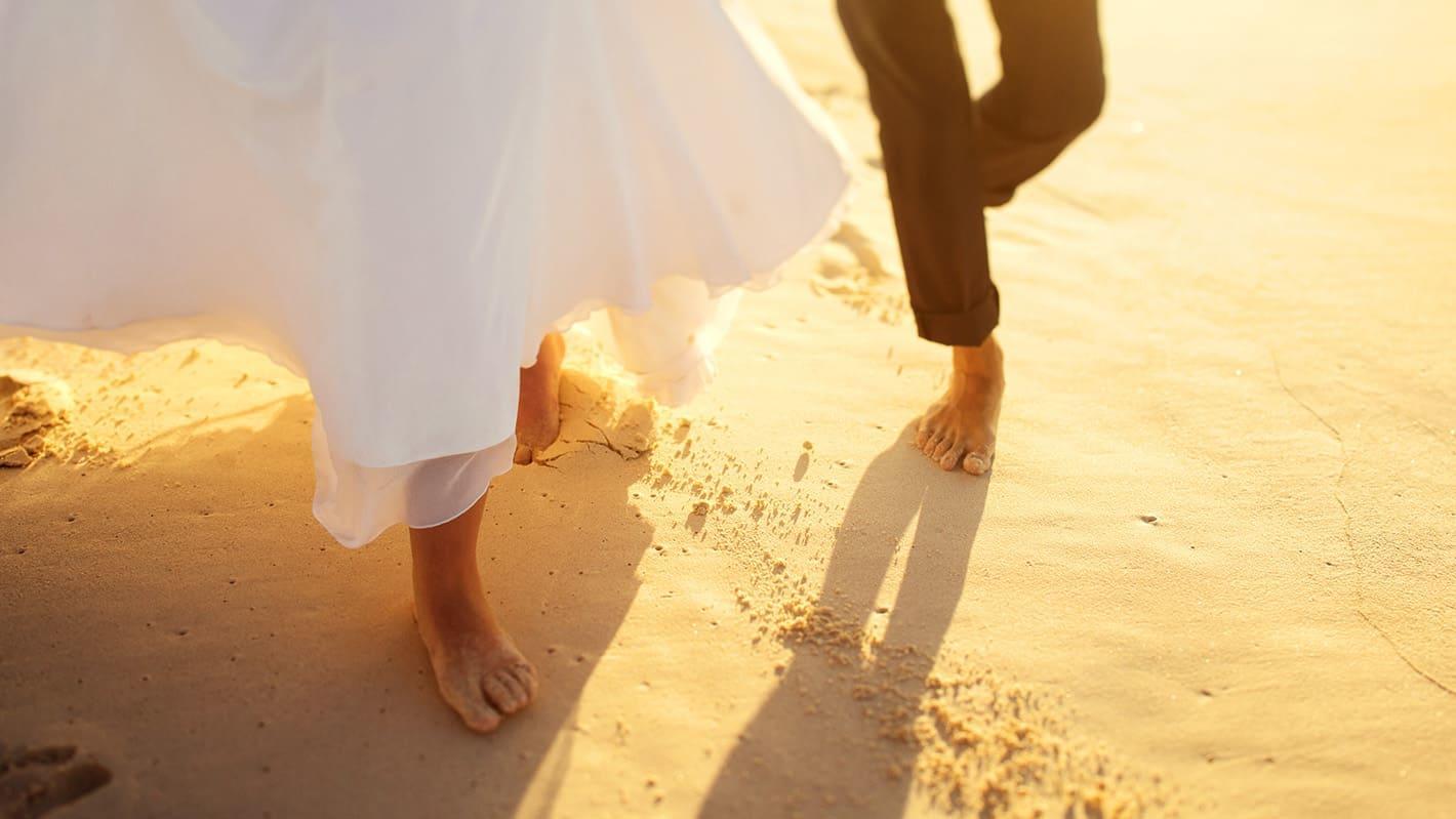Γαμήλιο ταξίδι στην Κούβα | Ζευγάρι περπατάει στην παραλία